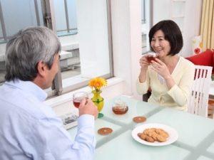 食事をする夫婦