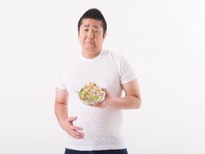 いやいやサラダを食べる
